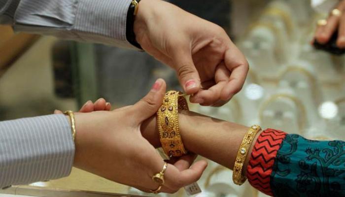 सोने की चमक घटी, चांदी भी टूटी, सोना अब 29050 रुपए/10 ग्राम