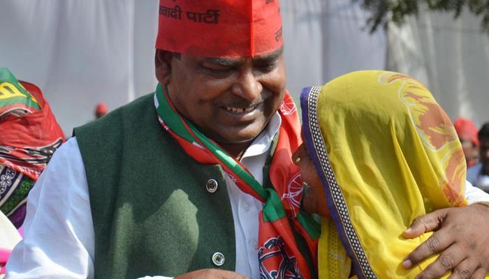 बलात्कार के आरोपी सपा नेता गायत्री प्रजापति के तीन साथी गिरफ्तार