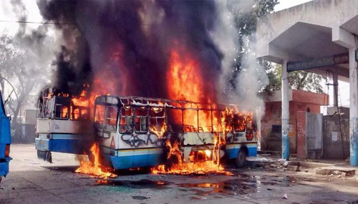 जाट आंदोलन: झड़प में SP, DSP समेत 35 लोग घायल, पुलिस की दो बसें फूंकी