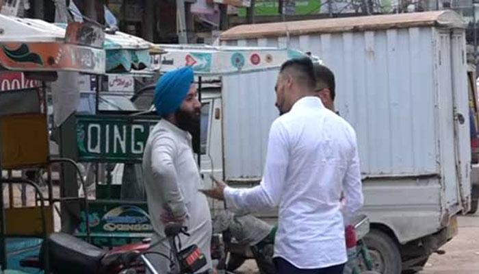 VIDEO: जब एक सिख युवक के साथ पाकिस्तान की सड़कों पर कुछ ऐसा हुआ