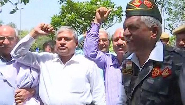 जाधव फांसी मामला: पूर्व सैनिकों का पाक उच्चायोग के सामने प्रदर्शन, कहा- यही हाल रहा तो चुकानी होगी कीमत