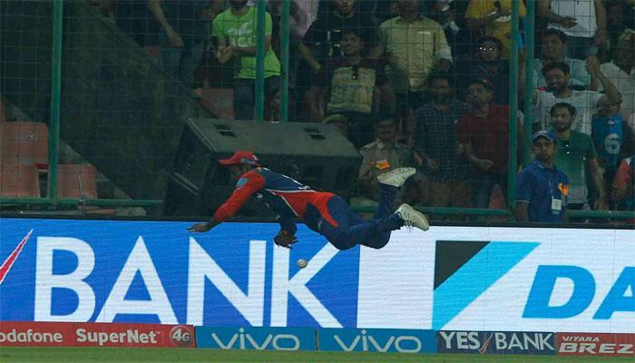VIDEO : शतक से सनसनी मचाने वाले संजू सैमसन ने हवा में उड़कर रोका छक्का