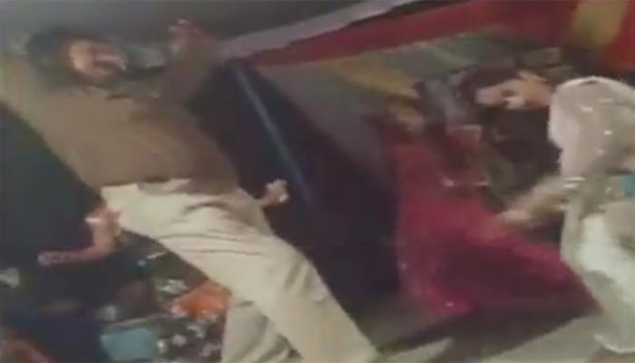 नशे में धुत यूपी पुलिस के जवान ने बार-बालाओं के साथ लगाए ठुमके, देखें वीडियो