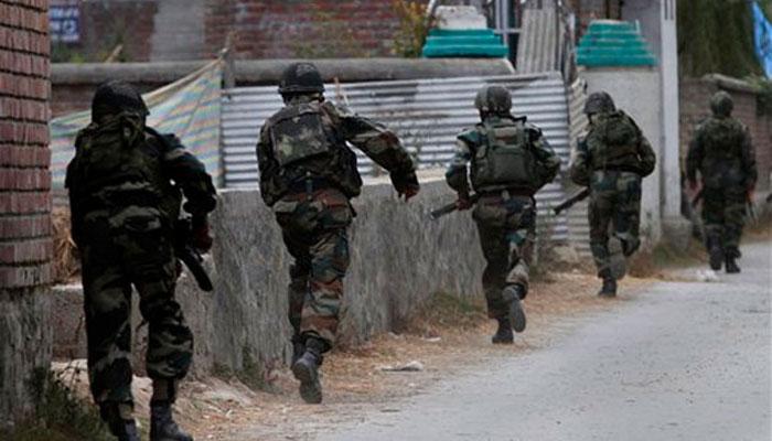 कश्मीर : आतंकी हमले में एक पुलिसकर्मी और लश्कर के आतंकवादी सहित 5 की मौत