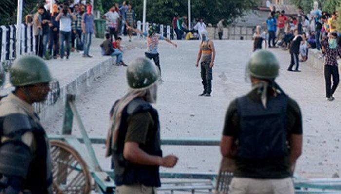 कश्मीर में स्कूली छात्र का सुरक्षा बलों पर पथराव, जवानों ने किया लाठी मार्च