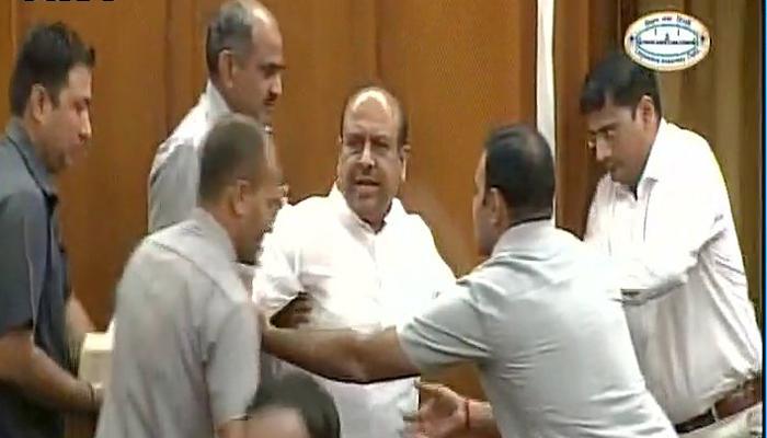 दिल्ली विधानसभा सत्रः मार्शल ने विपक्ष के नेता विजेंद्र गुप्ता को बाहर निकाला