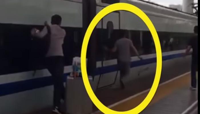 दरवाजे के बीच फंस गई उंगलियां और ट्रेन चल पड़ी! VIDEO में देखिए आगे क्या हुआ