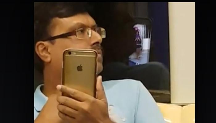 मेट्रो में महिला का वीडियो बनाते रंगेहाथ पकड़ा गया ये शख्स, Watch Video