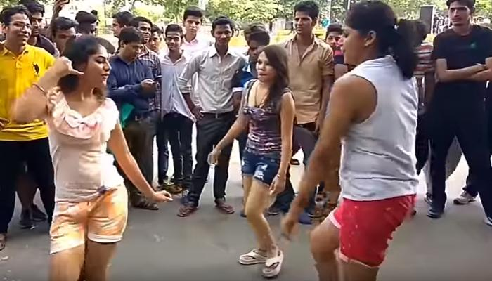 जब भरी सड़क पर मस्त होकर नाचने लगीं दिल्ली की ये लड़कियां, Watch Video