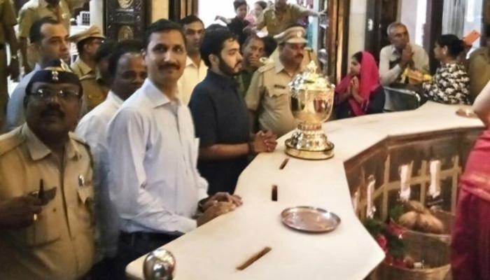 आशीर्वाद लेने के लिए IPL ट्रॉफी को मुंबई के सिद्धिविनायक मंदिर लाया गया!