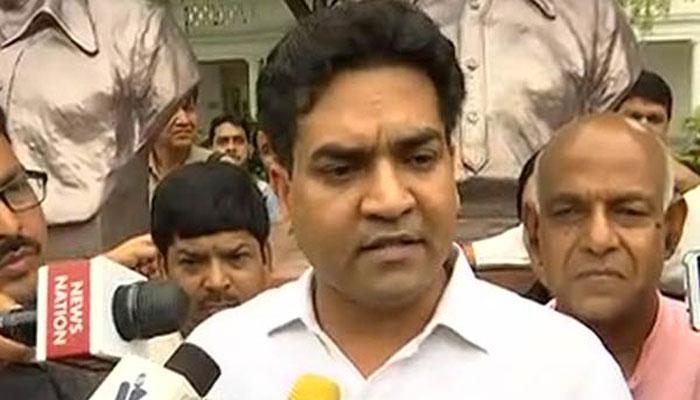 VIDEO: दिल्ली विस से बाहर निकाले गए कपिल मिश्रा, कहा- सिसोदिया के इशारे पर आप विधायकों ने हमला किया