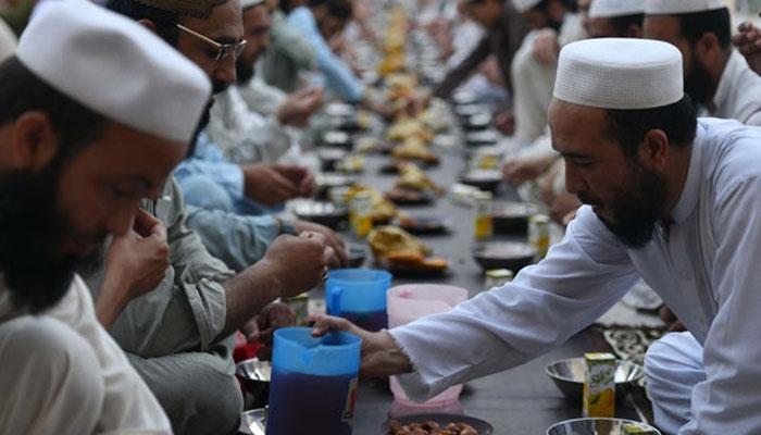 मुस्लिमों को संघ के नज़दीक लाने की कोशिश, रोज़ेदारों के लिए इफ़्तार में गाय के दूध से बना शरबत