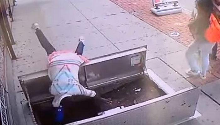 VIDEO : नजर हटी दुर्घटना घटी, सड़क पर मोबाइल का इस्तेमाल है खतरनाक