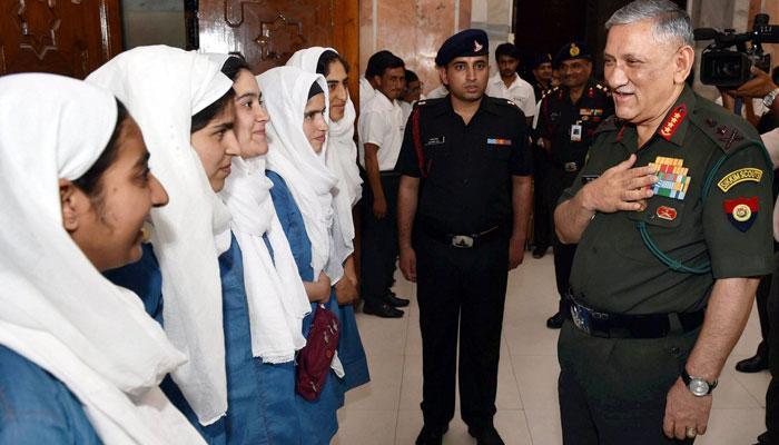 सेना प्रमुख ने कश्मीरी छात्रों से कहा: कश्मीर को वापस स्वर्ग बनाना है, हिंसा दूर करने के लिए किताब-लैपटॉप चुनें