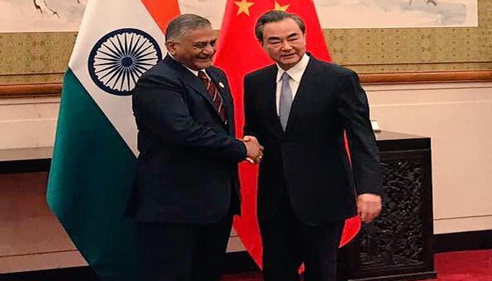 चीन के विदेश मंत्री से मिले वीके सिंह, आपसी संबंधों में सुधार पर की चर्चा