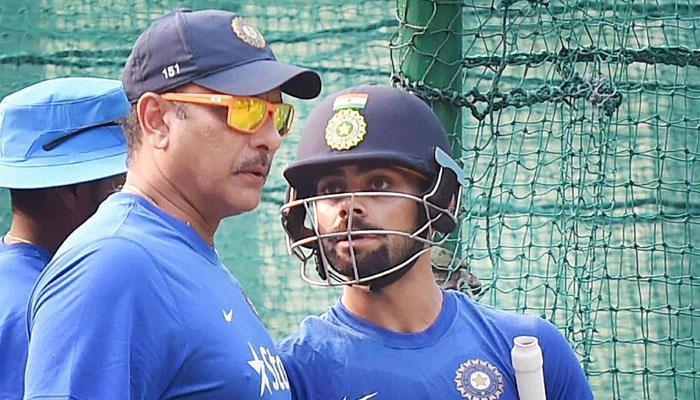 Twitter चर्चाः क्रिकेट फैन्स रवि शास्त्री को बता रहे हैं टीम इंडिया का मनमोहन सिंह