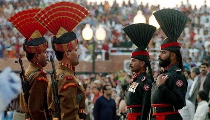 बीटिंग रिट्रीट सेरेमनी के समय भारतीय जवान के सामने औंधे मुंह गिरा पाकिस्तानी सैनिक, देखें VIDEO