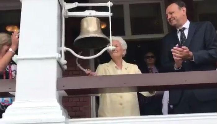 VIDEO : 105 साल की वेलान ने घंटी बजाकर किया महिला विश्व कप फाइनल का आगाज
