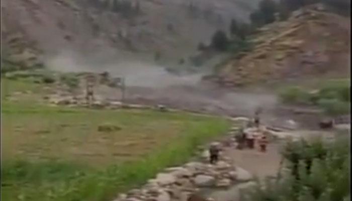 VIDEO: हिमाचल में बादल फटने से आई बाढ़ पुल को बहा ले गई