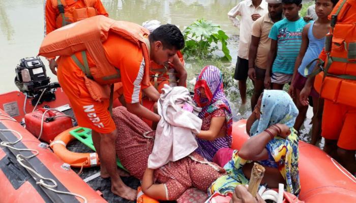 बिहार बाढ़: बचाव कार्य के लिए लगी नाव पर ही महिला ने दिया बच्ची को जन्म