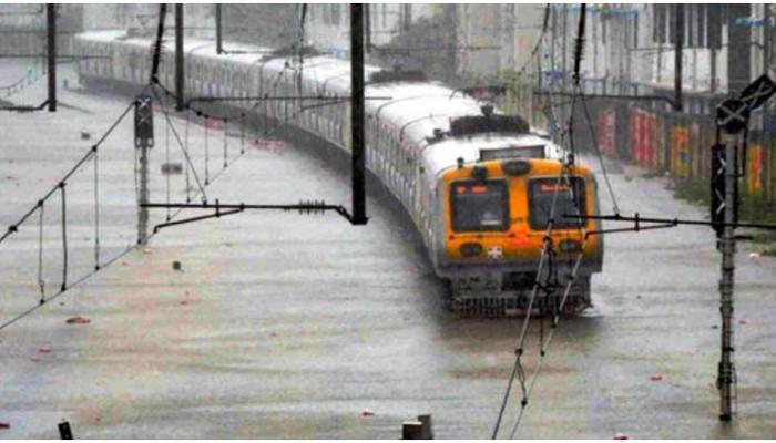 मुंबई बारिश: जल-भराव के चलते हार्बर, सेंट्रल लाइन की ट्रेने बंद