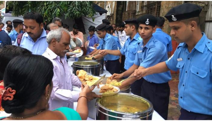 मुंबई बारिश: नौसेना की अनोखी पहल, कई जगह खोले फूड काउंटर