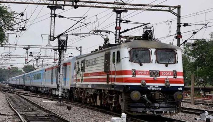 जाना था मऊ लेकिन गाजीपुर रूट पर दौड़ गई ट्रेन, जानिए फिर क्या हुआ...