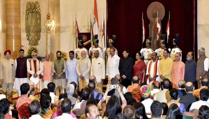 मोदी कैबिनेट विस्तार: 3 मंत्रियों ने अंग्रेजी में, बाकी ने ली हिंदी में शपथ