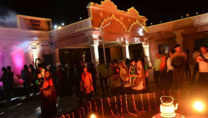 रोशनी से जगमगाया वडनगर स्टेशन, अपनी चाय की दुकान पर जाएंगे PM मोदी