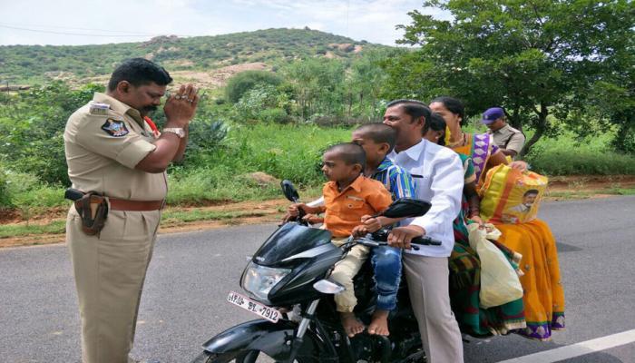 जब बाइक पर सवार परिवार के सामने 'हाथ जोड़कर' खड़ा हो गया पुलिस अधिकारी