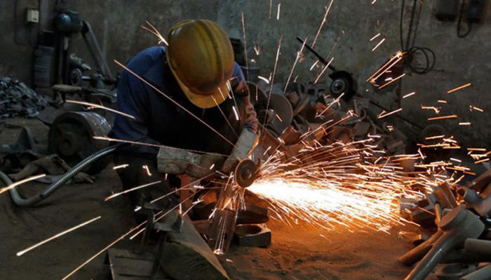 आर्थिक मोर्चे पर दोहरी खुशी, औद्योगिक उत्पादन बढ़ा और महंगाई कम हुई