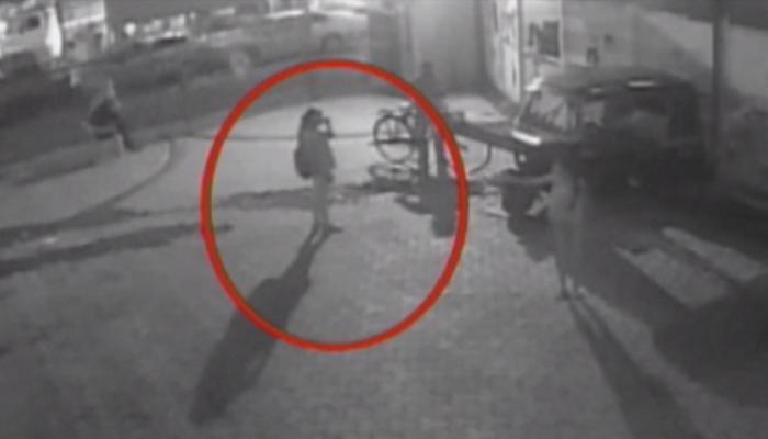 VIDEO: छेड़छाड़ का विरोध करने पर वो लड़की को पीटता रहा, भीड़ बस देखती रही