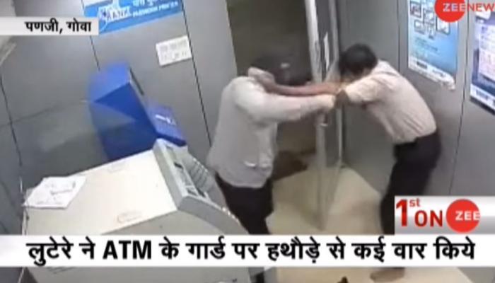 VIDEO: हथौड़े के वार से भी नहीं हारा गार्ड, ATM को लुटने से बचाया