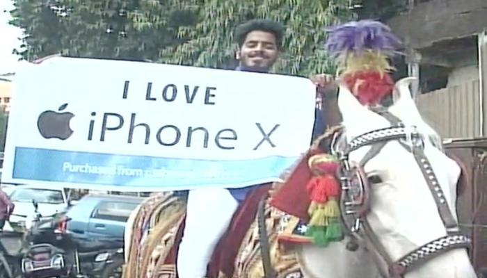 VIDEO: घोड़े पर सवार बैंड-बाजे के साथ Iphone X खरीदने पहुंचा ये शख्स