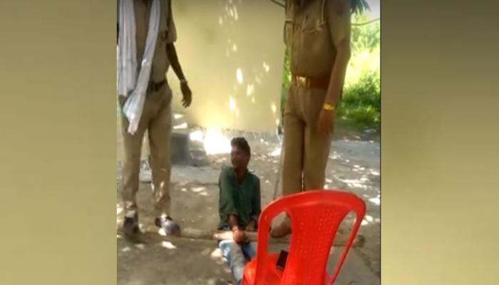 VIDEO: यूपी पुलिस की बेरहमी, आरोपी की जांघ पर डंडा रख चढ़ गए दो पुलिसवाले