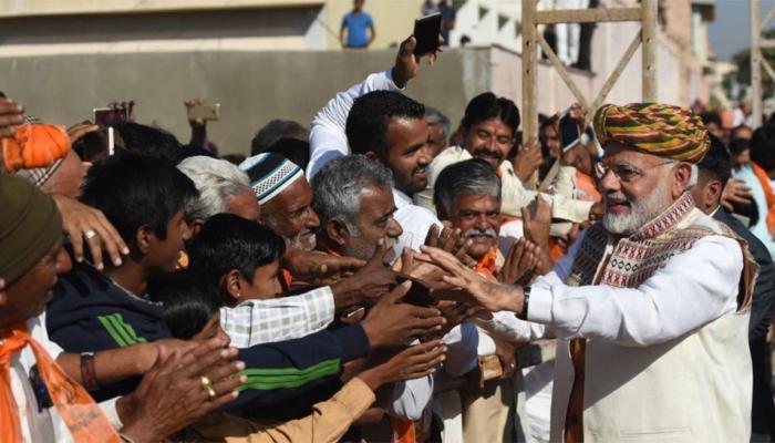 गुजरात चुनाव: जब खुद के बीच पीएम मोदी को पाकर खिल उठे चेहरे, देखिए PHOTOS