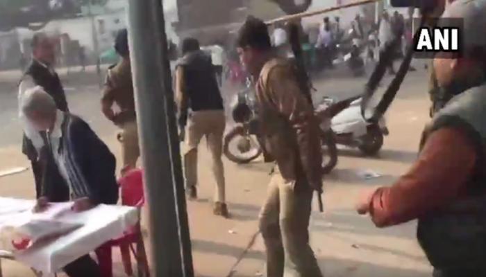 यूपी निकाय चुनाव: EVM में गड़बड़ी की शिकायतें, बाराबंकी में पुलिस का लाठीचार्ज, टेबल-कुर्सियां तोड़ी
