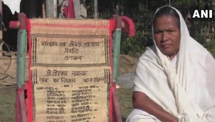 भगवद्गीता को अंग्रेजी और संस्कृत में कपड़े पर बुन रही है असम की ये महिला