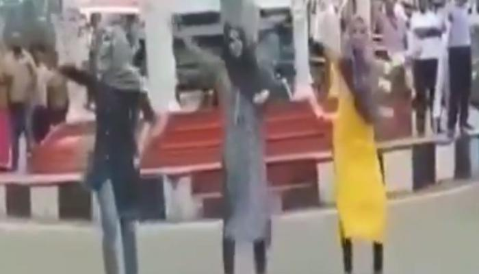 VIDEO, केरल में मुस्लिम छात्राओं ने हिजाब पहनकर सड़क पर किया डांस, हुईं ट्रोल
