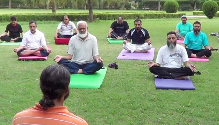 पाकिस्तान: तेजी से फैल रहा है योग का क्रेज, महिला हों या पुरुष सभी कर रहे हैं आसन
