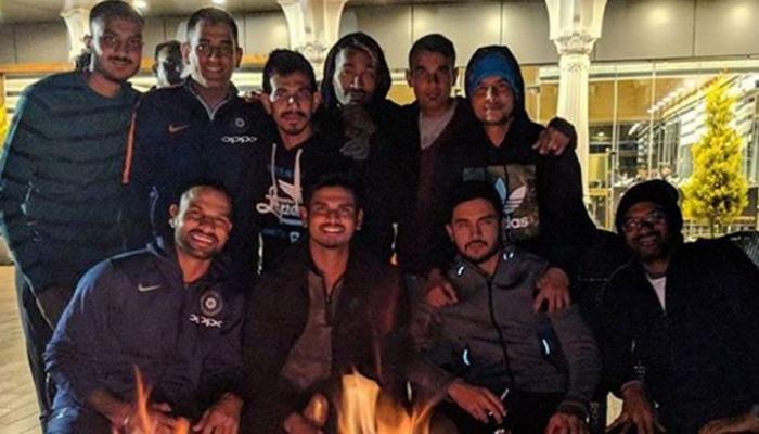 PIC : हार के बाद टीम इंडिया ने धर्मशाला में उठाया बॉन फायर का लुत्फ