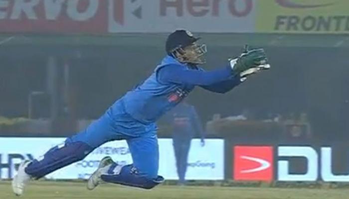 VIDEO: बाज की तरह गेंद पर झपटे धोनी और लपक लिया परेरा का कैच