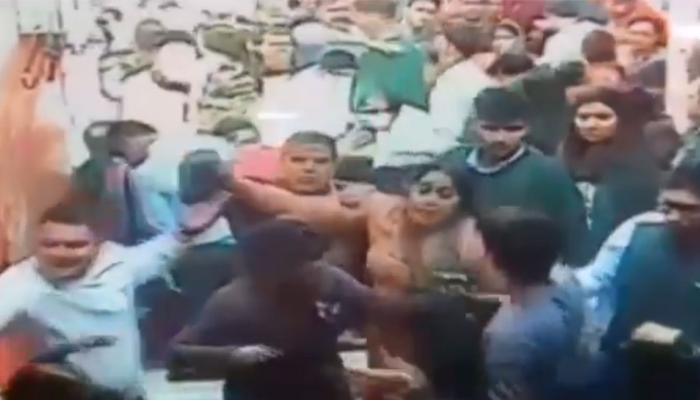 VIDEO: वृंदावन के बांके बिहारी मंदिर में रिवॉल्वर लहराने लगा श्रद्धालु, सुरक्षा गार्ड को भी धुना