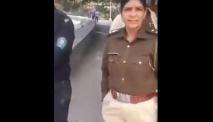 VIDEO: पार्क में बैठे लड़का-लड़की को पुलिस वाले कर रहे थे तंग, 'अनजान' शख्स ने सिखाया सबक