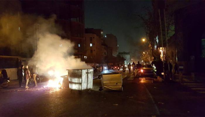ईरान में और हिंसक हुआ प्रर्दशन, 12 लोगों की मौत, सैन्य ठिकानों पर कब्जे की कोशिश