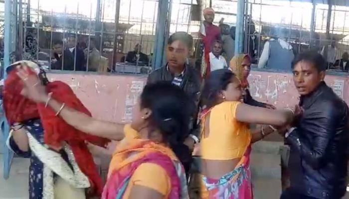 VIDEO: नवविवाहित प्रेमिका संग आशिक पहुंचा कोर्ट मैरिज करने, घरवालों ने चप्पलों से की जमकर धुनाई