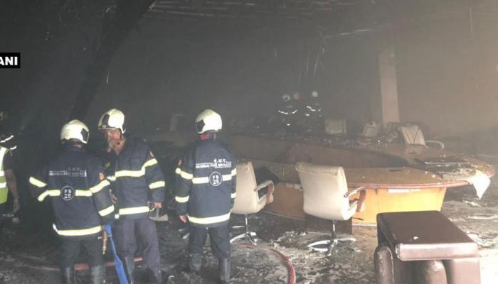मुंबई के सांताक्रुज एयरपोर्ट पर लगी आग, टर्मिनल-1 पर अफरातफरी