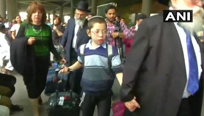 एयरपोर्ट पर दादा का हाथ पकड़कर बाहर आए बेबी मोशे, मुंबई हमले में खोए थे माता-पिता