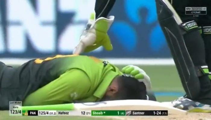 VIDEO : बिना हेलमेट बल्लेबाजी करने उतरे शोएब मलिक के सिर पर लगी गेंद, हुए बेसुध
