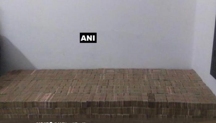 VIDEO: छापेमारी के दौरान मिले नोटों के 3 बिस्तर, 96 करोड़ के पुराने नोट देखकर उड़े सबके होश